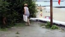 Çöp kovasına işeyen kadın- zor durumda kaldı demek