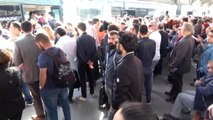 Metrobüs Arıza Yaptı; Yolcular Metrobüs Yolunda Yürüdü