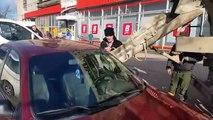 Sa femme le trompe et il se venge en mettant 1 tonne de béton dans sa voiture !