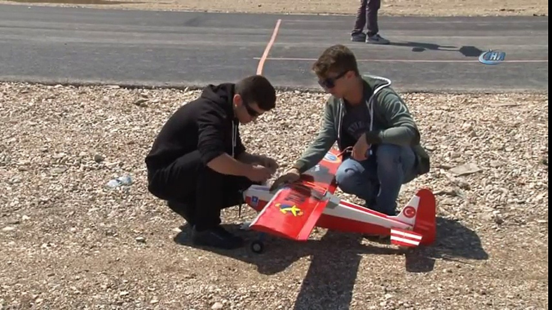 Bursa'da Liseli Öğrenciler Ürettikleri Uçakları Havada Kapıştırdılar