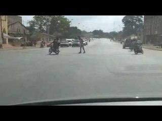 Un policier ivoirien imite Micheal Jackson