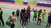 Communion entre les joueuses et les Ultras Parisien après la victoire contre Albi