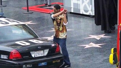 Un homme s'en prend violemment à une voiture de police sur Hollywood Boulevard