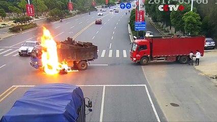 Un motard prend feu en percutant violemment un camion