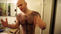 Un homme très poilu se rase complétement