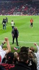 Mourinho é flagrado pegando cachecol e comemorando demais a classificação do United