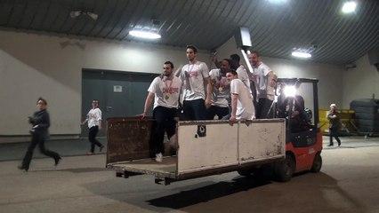 Les joueurs de la JL Bourg fête leur titre de Pro B sur un transpalette !