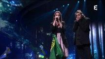 "Salvador Sobral, gagnant de l'Eurovision, chante ""Amor pelos dois"" avec sa soeur"
