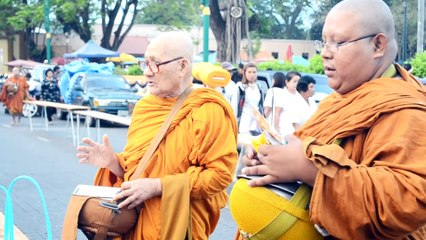 ฝรั่งเที่ยววัดพระธาตุ จ.นครศรี ( Thai temple )