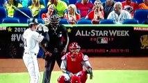 ¡Fan muestra sus pechos para desconcentrar al pitcher!
