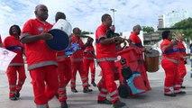 Barrenderos de Brasil celebran su día con samba
