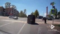 Un piéton réussi à éviter une voiture qui lui fonce dessus au passage piéton...