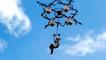 Il tente le premier saut en parachute... depuis un drone !