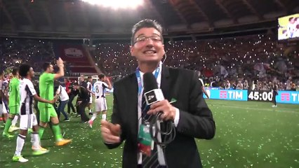 Dani Alves comemora título com pulo em apresentador da Juventus TV!