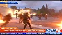Manifestantes se enfrentan con bombas de gasolina contra la Policía de Grecia tras medidas de austeridad anunciadas por