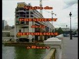 Archive - François Mitterrand visite le chantier du futur ministère à Bercy - août 1988