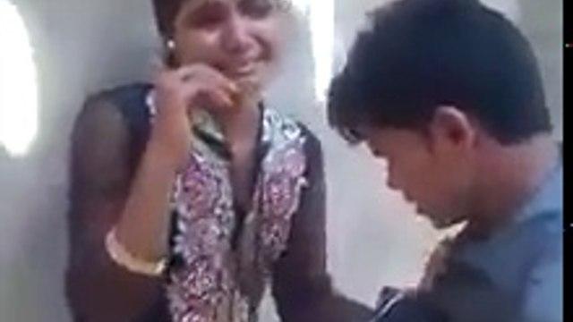 सरे-आम सड़क पर रोमांस करते हुए लड़का लड़की को लोगो ने पिटा, वीडियो को ज्यादा से ज्यादा शेयर करे...