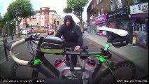 Un cycliste essaie de voler un vélo accroché à une voiture (Londres)