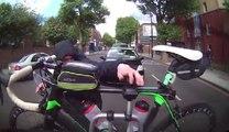 Un voleur de vélo essaye détacher un vélo de son support