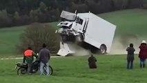 Un PDG fonce lui-même dans un bloc de béton au volant d'un camion