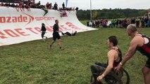 Un père et son fils inspirent les participants d'une course à obstacles et ils réagissent de manière émouvante