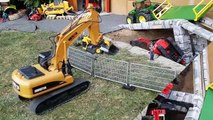BRUDER Excavators crash video for kids!-p7W