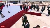 Melania Trump, Elini Tutmak İsteyen Donald Trump'ın Elini Sert Bir Şekilde İtti!