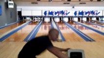 Le gars enchaine les strikes au bowling et ça a l'air tellement facile