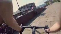 Ce cycliste va se manger le mur en prenant un virage trop vite... Douloureux