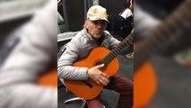 """Il reprend la musique du film """"et pour quelques dollars de plus"""" à la guitare"""
