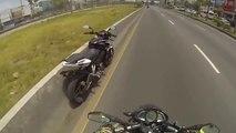 Ce motard essaie d'arreter une moto sans pilote et c'est la gamelle