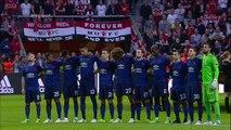 Hinchas del Manchester United celebran en medio de la tragedia