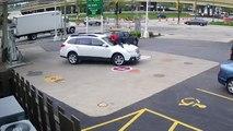 Elle saute sur le capot de sa voiture pour empêcher son vol