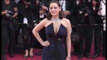 Zap sexy : Le décolleté de Marion Cotillard et Laeticia Casta sur le tapis rouge, Bella Hadid nue, une hôtesse de l'air ultra sexy… (vidéo)