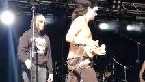 Ce groupe de Heavy metal est complètement bourré... Concert hilarant