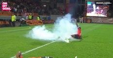 Les fans de Lorient balancent des fumigènes et des pétards sur leurs joueurs