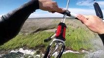 Ce rider fait du Kite Surf partout : mer, sol, herbe, air...