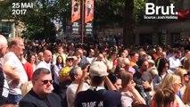 La foule chante une chanson du groupe Oasis en hommage aux victimes de Manchester