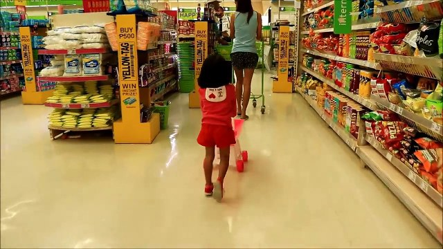 Baby Doing Grocery Shopping at Supermarket with Toy Shopping Cart - Donna The Explorer