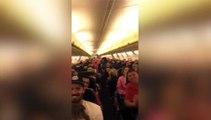 Quand le steward de la compagnie aérienne met l'ambiance et chante une petite chanson en plein vol !
