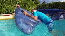 BATAILLE DANS LA PISCINE SUR DES CHEVAUCHABLES - Jeux Gonflables Aquatiques en Piscine - 3_3