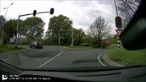 Cette voiture fait des tonneaux sur la route après son accident !