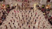 250 personnes dansent sur les musiques de Grease dans la gare d'Antwerp