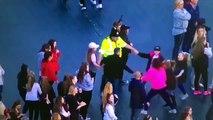Emotion lorsqu'un un policier danse avec des enfants lors du concert hommage de Manchester