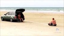 Ce gros se fait tirer par une voiture sur le sable