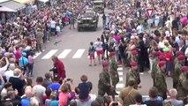 Parade des fanfares américaine et de véhicules militaires d époque
