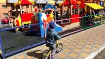 La famille amusement amusement enfants parc jouer Cour de récréation sur un nouveau site de playing aire de jeux pour enfants roms