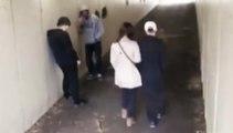 Deux idiots jettent une cigarette sur la copine de cette homme, mais ils vont terriblement le regretter