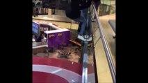 Ces 2 débiles sautent sur le toit d'une boutique et le traverse... Grosse chute
