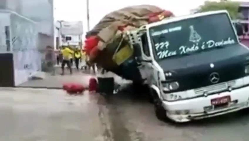 Heavy Loaded Truck Fail - Extreme Truck Drivin
